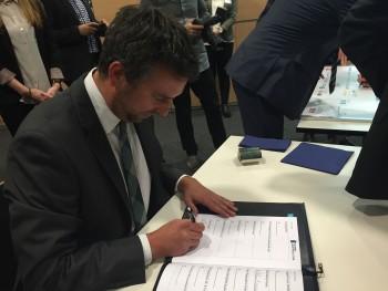 Onwerks Geschäftsführer Jens Doose bei der Unterzeichnung der Kooperationsurkunde